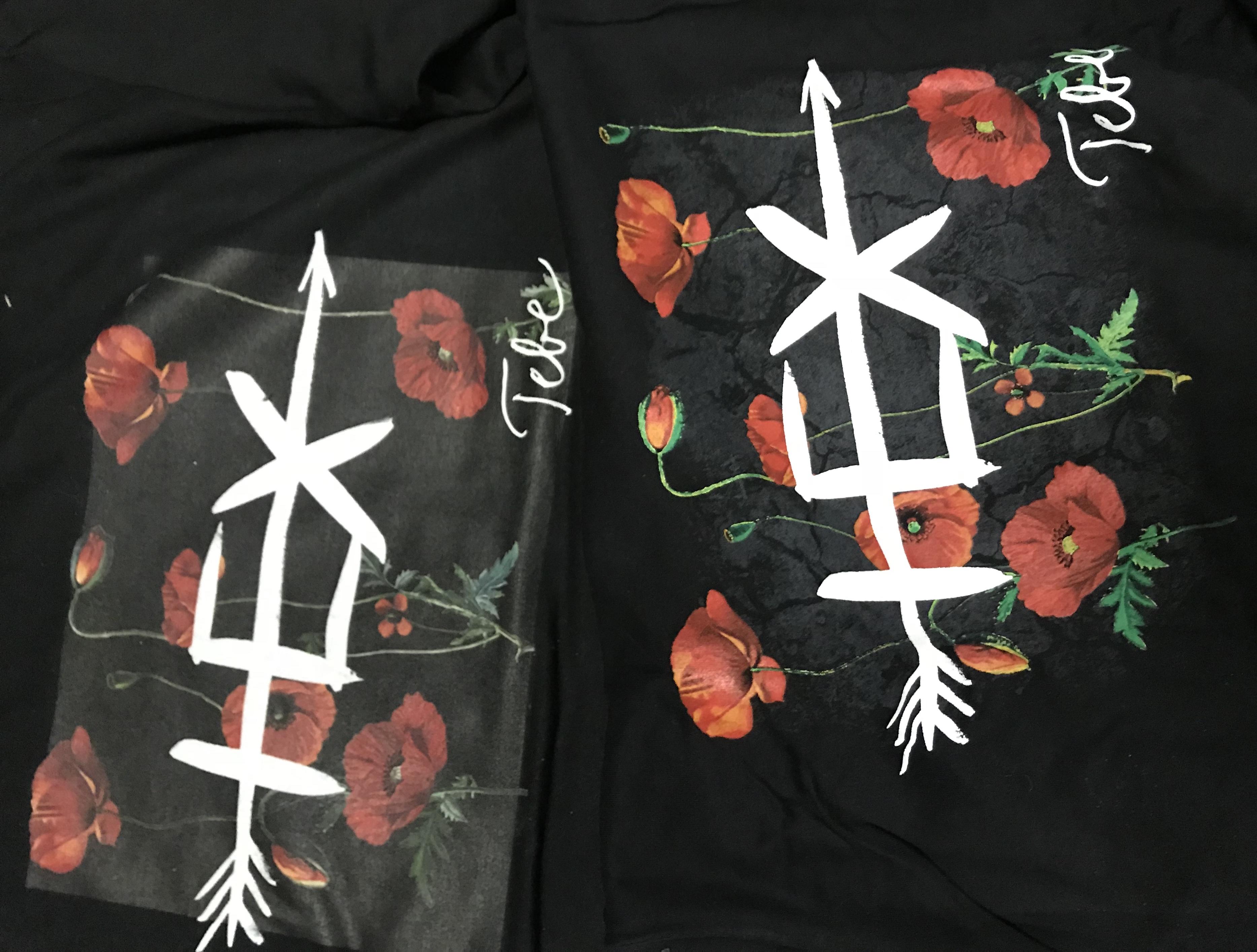 3fa69f5af Príklad potlače jedného designu digitálnou potlačou (vľavo) vs. sieťotlačou  (vpravo) na tmavom textile.